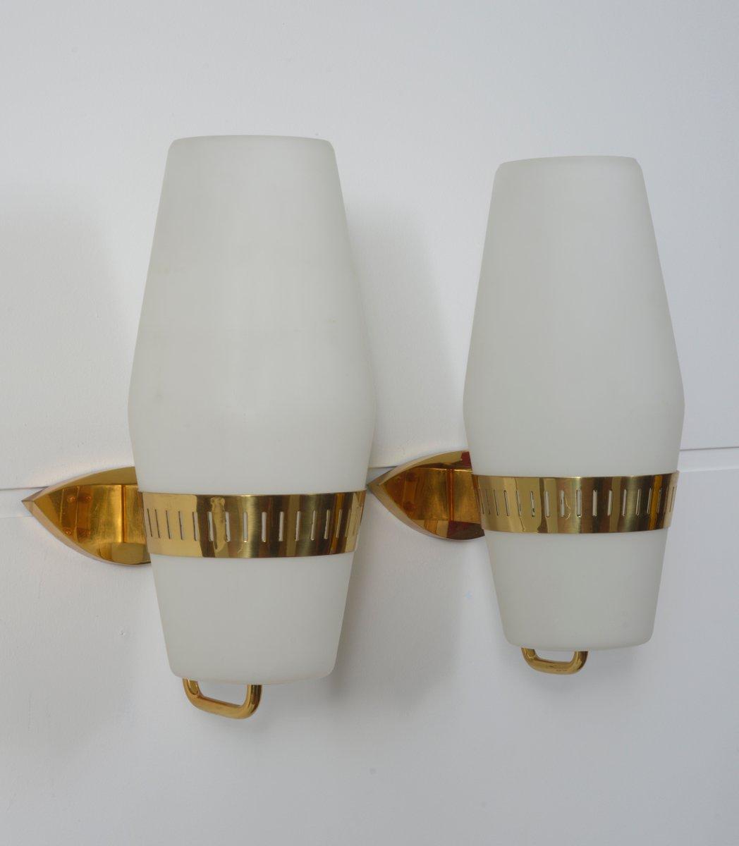 Lampade da parete vintage in ottone e vetro opalino di Stilnovo, set di 2 in vendita su Pamono