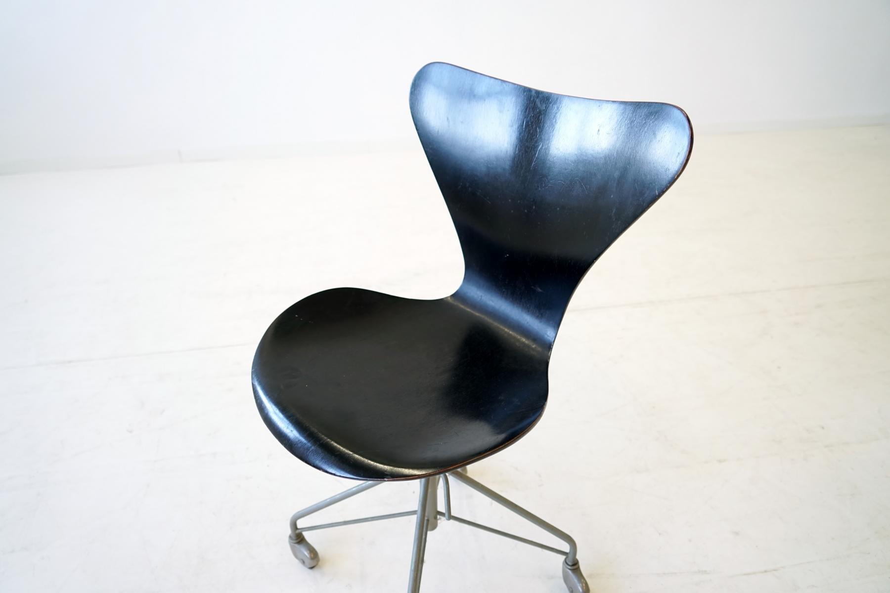Sedia da ufficio 3117 07 di arne jacobsen per fritz hansen for Scrivania ufficio anni 50