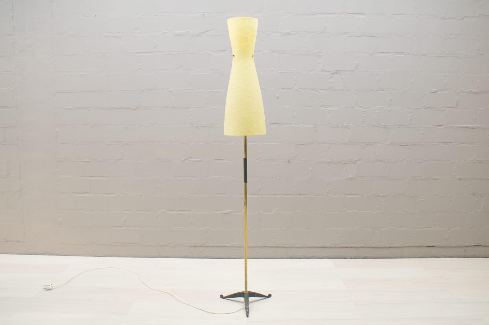 Mid-Century Bodenlampe mit Sanduhr-Förmigem Fiberglas Schirm, 1950er