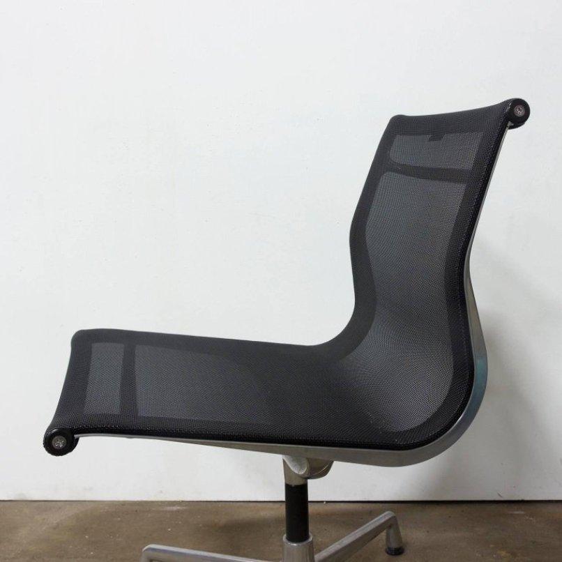 nicht drehbarer modell ea 107 sessel von charles ray eames f r vitra 1958 bei pamono kaufen. Black Bedroom Furniture Sets. Home Design Ideas