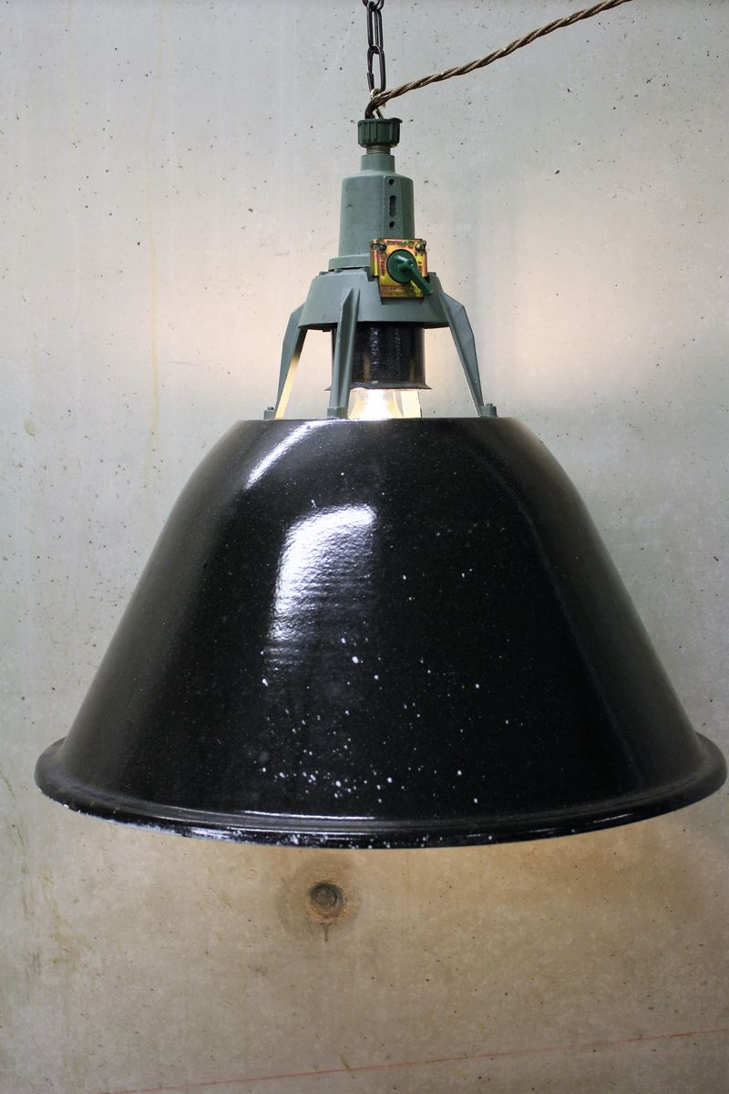 Schwarze Mid-Century Fabriklampe aus Emaille, 1950er