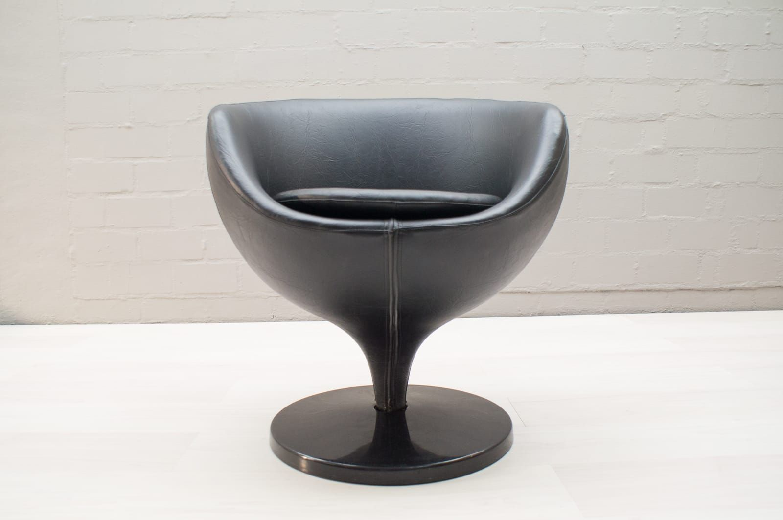 fauteuil boule par pierre guariche pour meurop 1960s en vente sur pamono. Black Bedroom Furniture Sets. Home Design Ideas