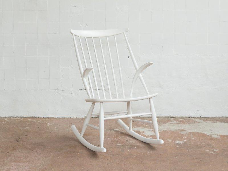 Sedia a dondolo vintage bianca di Illum Wikkelsø per Niels Eilersen ...
