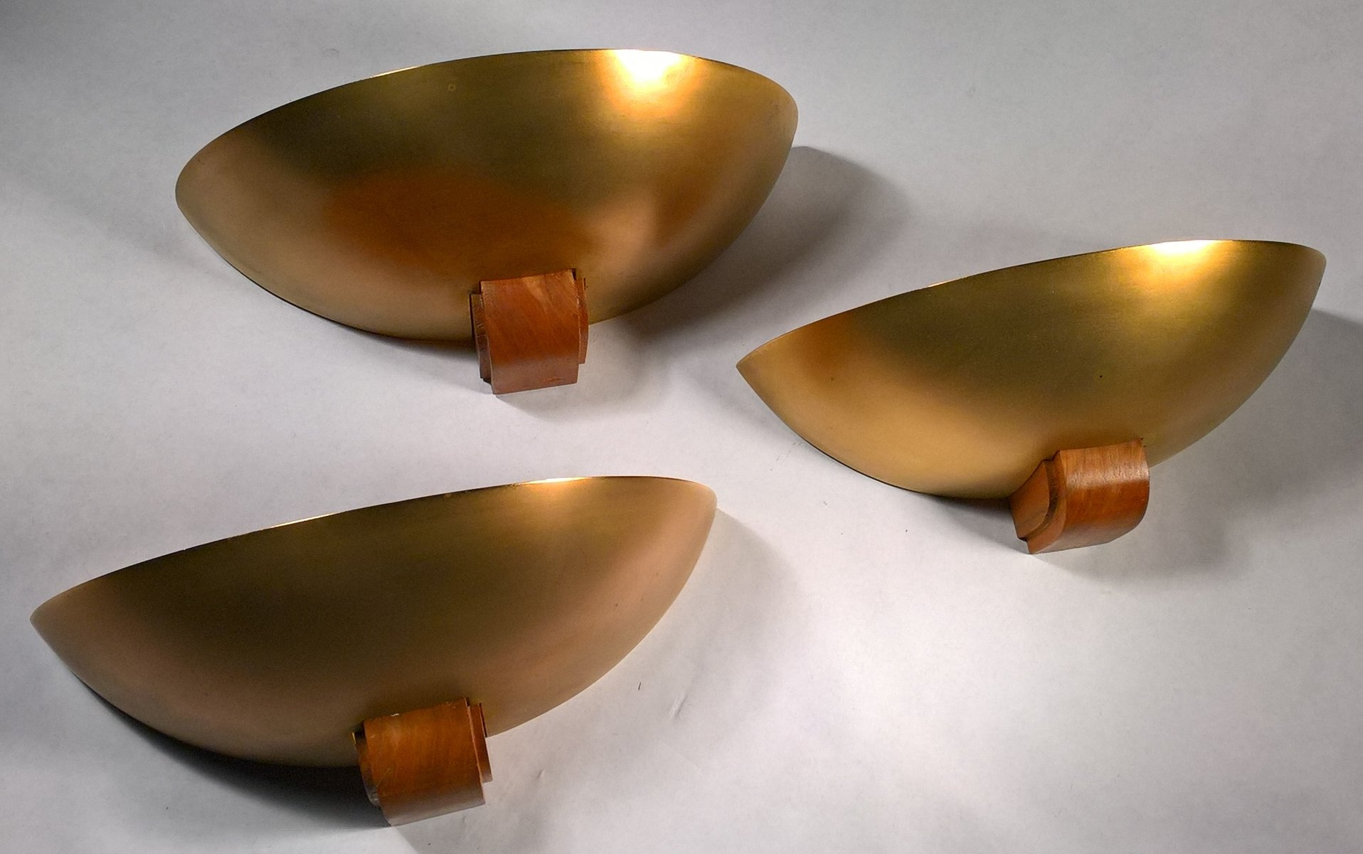 Vergoldete Art Deco Messing & Holz Wandlampen, 1930er, 3er Set
