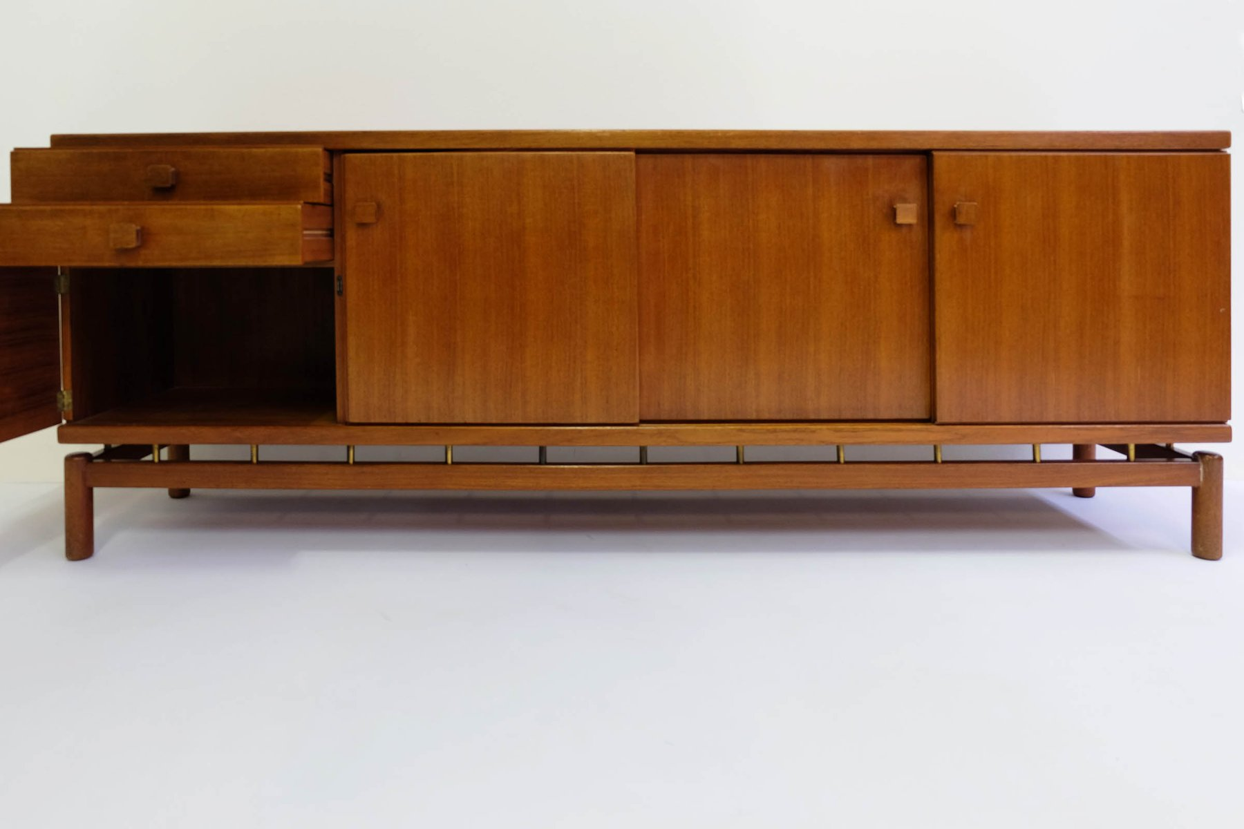 Credenza Per Bicchieri : Credenza in teak di ilmari tapiovaara per la permanente cantù 1957