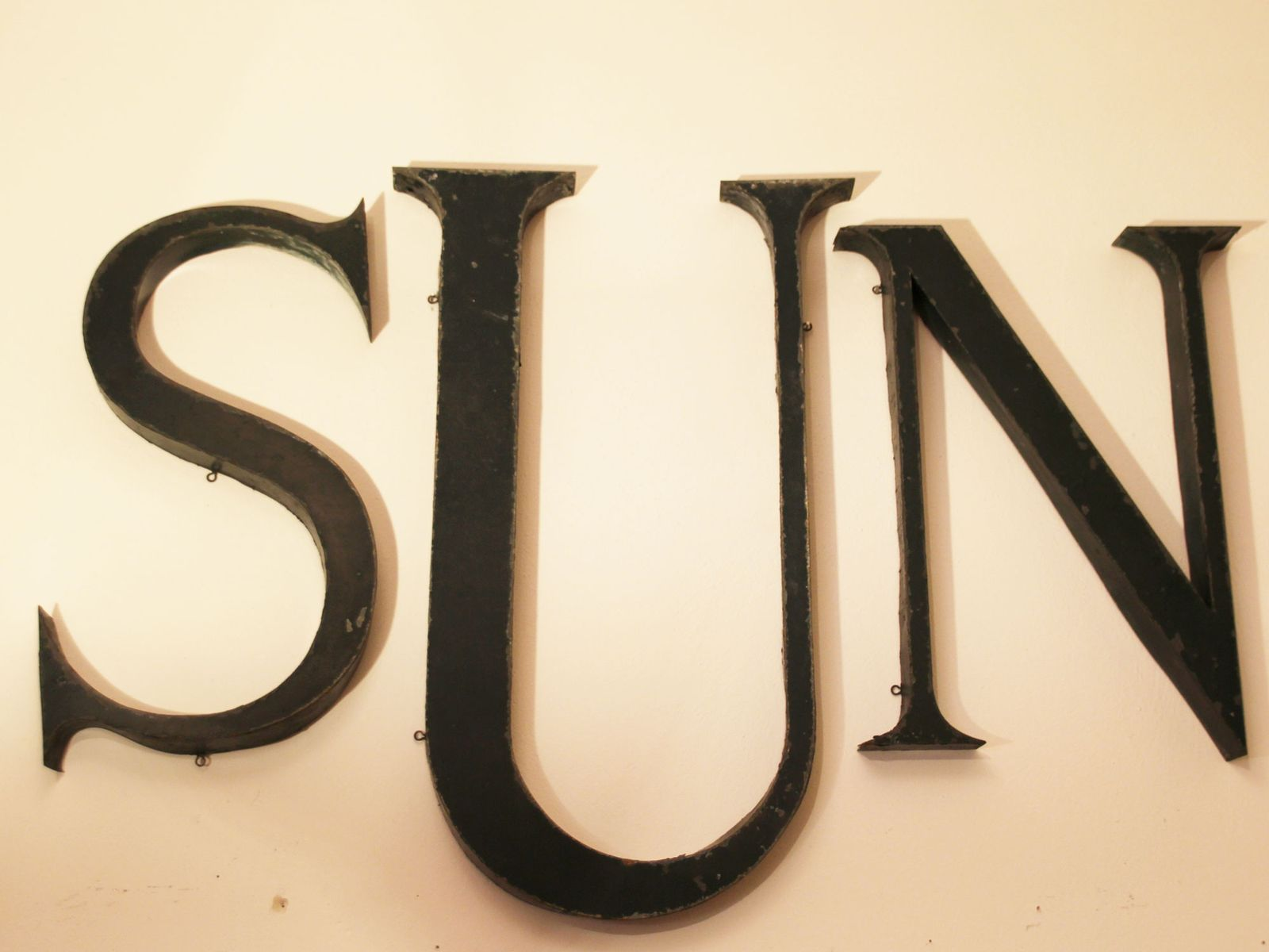 gr n lackiertes franz sisches industrielles vintage sun buchstaben set aus metall 1930er bei. Black Bedroom Furniture Sets. Home Design Ideas