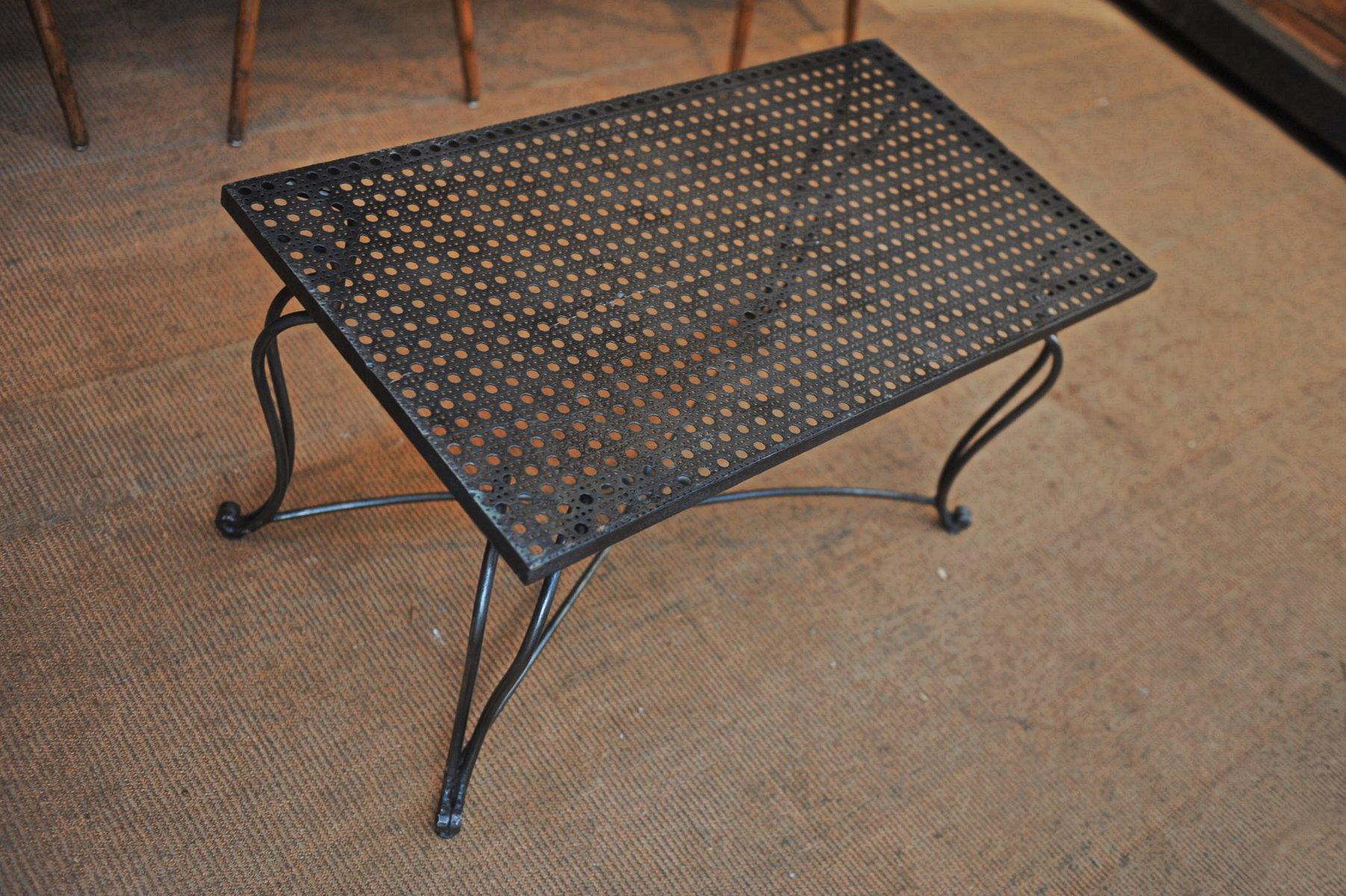 table basse en m tal perfor e avec pied en fer forg. Black Bedroom Furniture Sets. Home Design Ideas