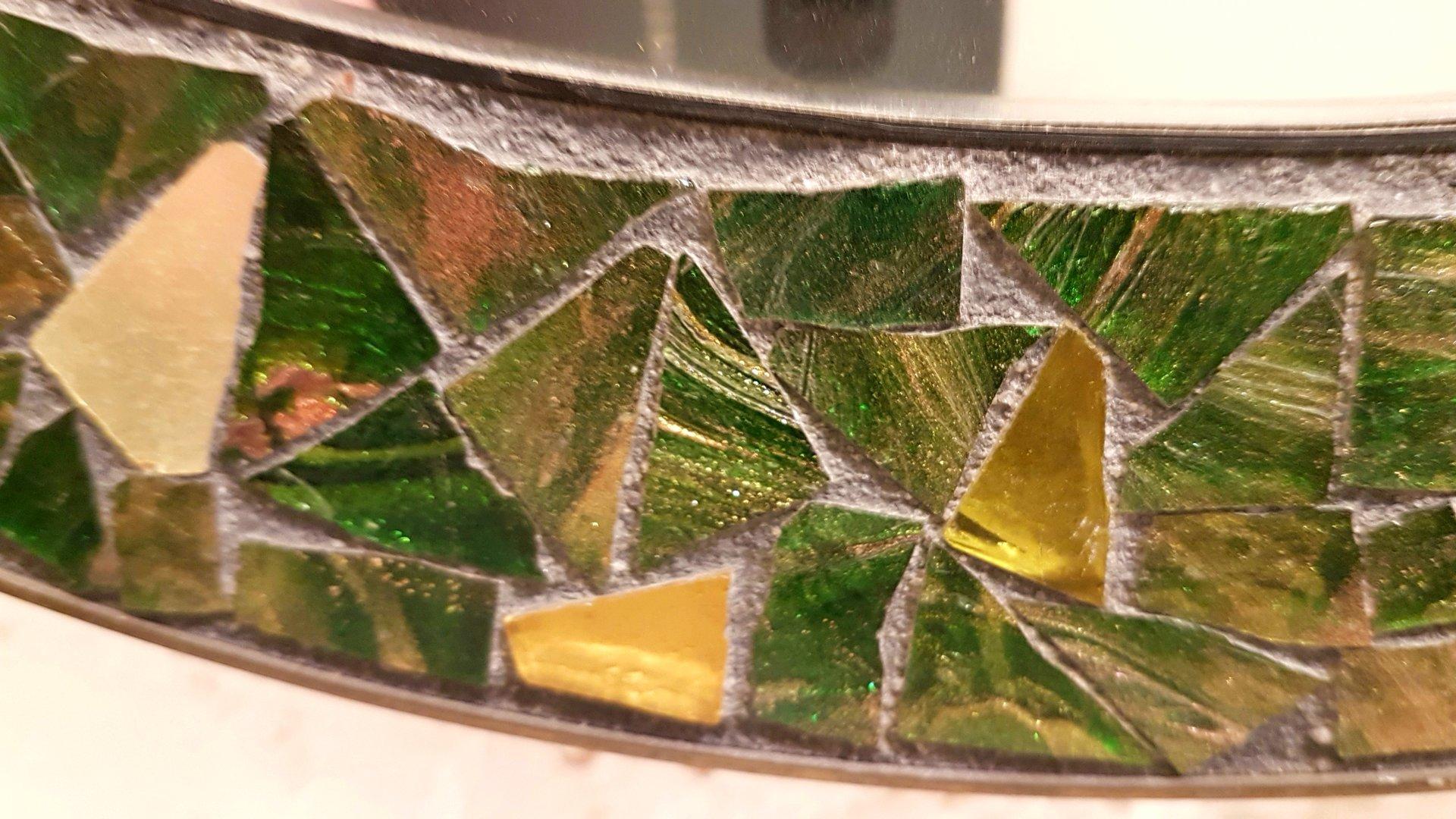 Espejo redondo con marco de latón y mosaico de vidrio fundido, años ...