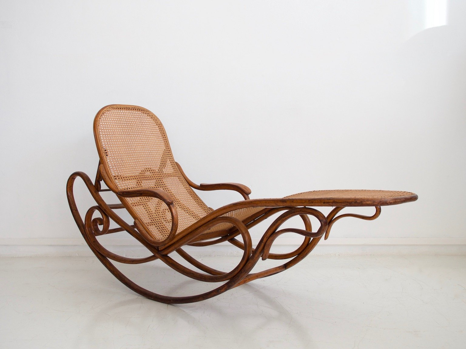 Sedia a dondolo modello 7500 antica di thonet in vendita su pamono - Sedia thonet originale ...
