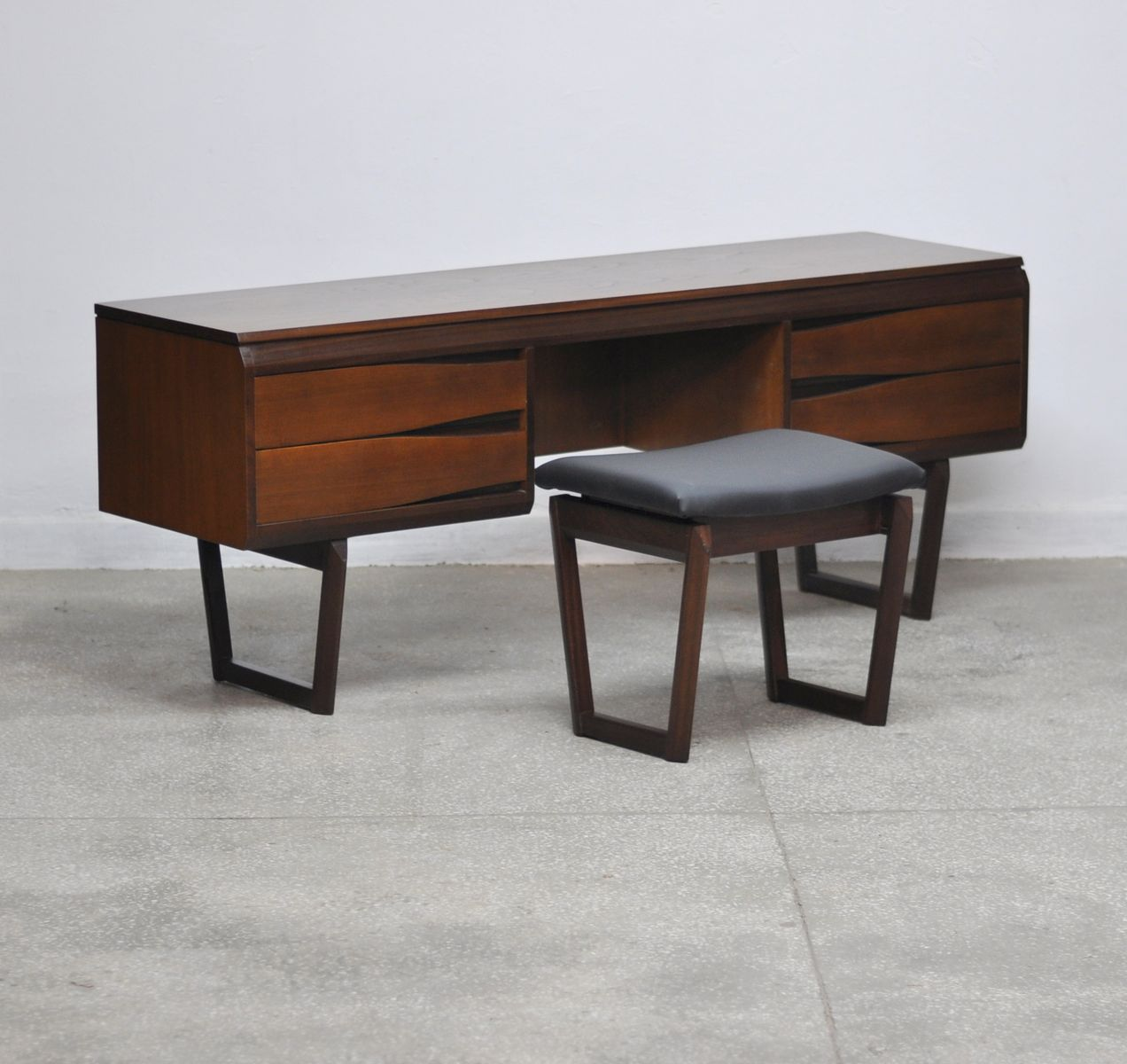 mid century teak schreibtisch hocker von white newton 1960er bei pamono kaufen. Black Bedroom Furniture Sets. Home Design Ideas
