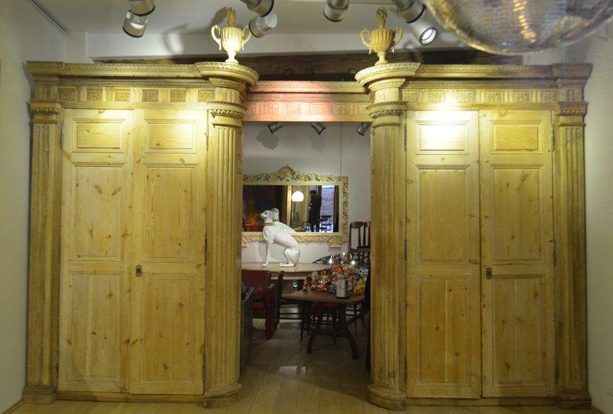 Großer Antiker Boiserie Kleiderschrank