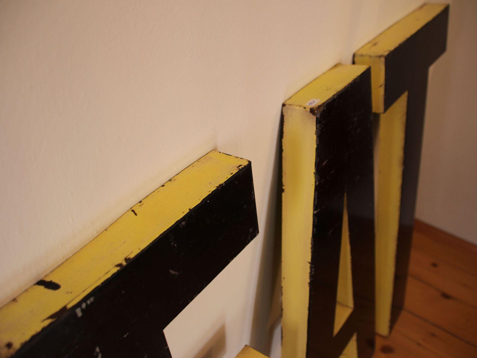 gro es franz sisch vintage buchstabenset f r das wort eat aus schwarz und gelb lackiertem. Black Bedroom Furniture Sets. Home Design Ideas