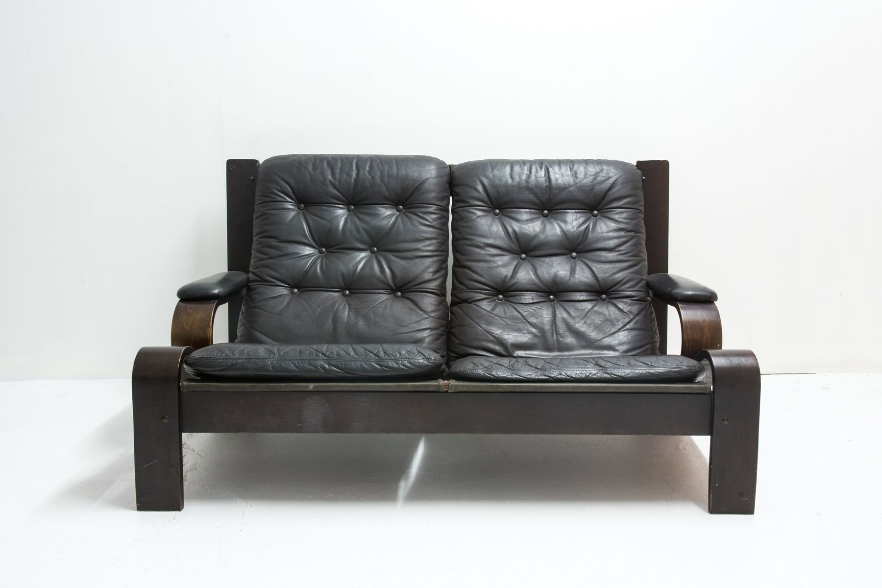 vintage 2 sitzer sofa aus leder holz bei pamono kaufen. Black Bedroom Furniture Sets. Home Design Ideas