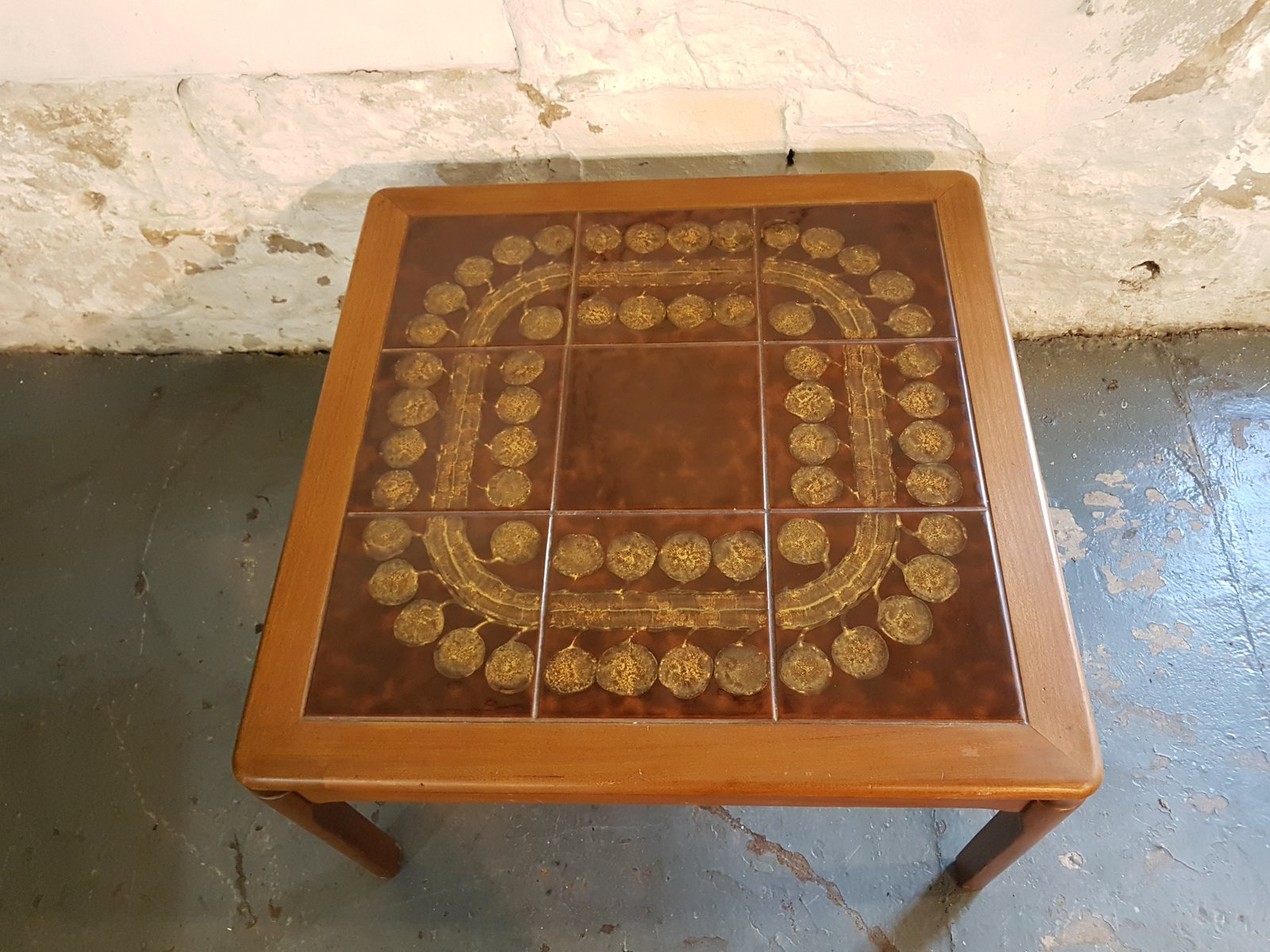 Tavolino da caffè con piastrelle marroni e fantasia astratta anni