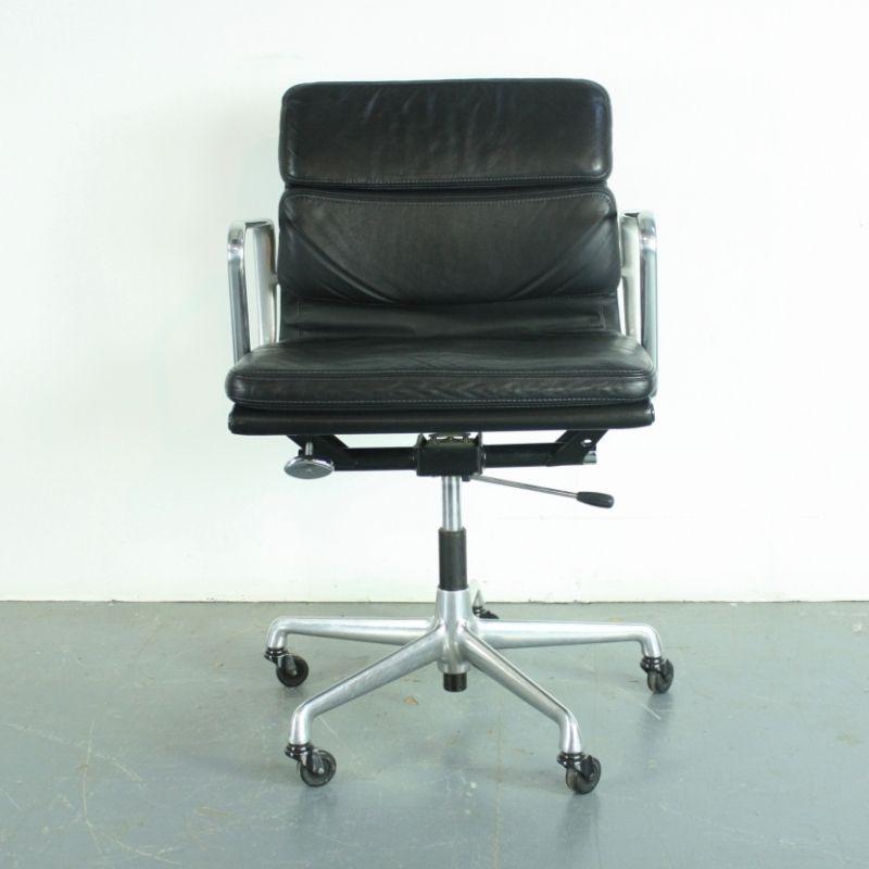 Schwarzes Leder Soft Pad Group Sessel von Charles & Ray Eames für Herm...