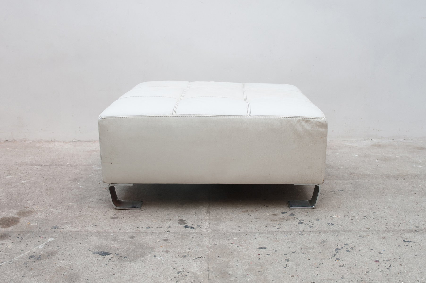 pouf en cuir blanc 1980s en vente sur pamono. Black Bedroom Furniture Sets. Home Design Ideas