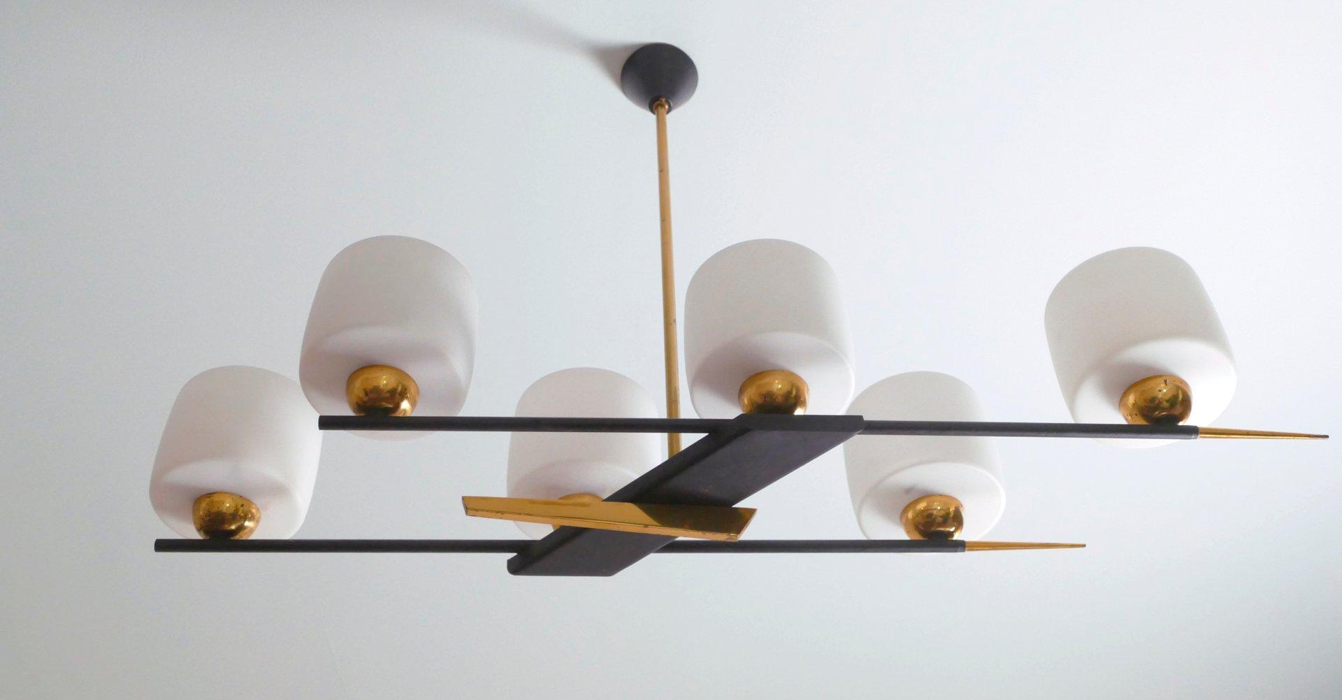 Französischer Messing, Metall und Opalglas Kronleuchter von Maison Arl...