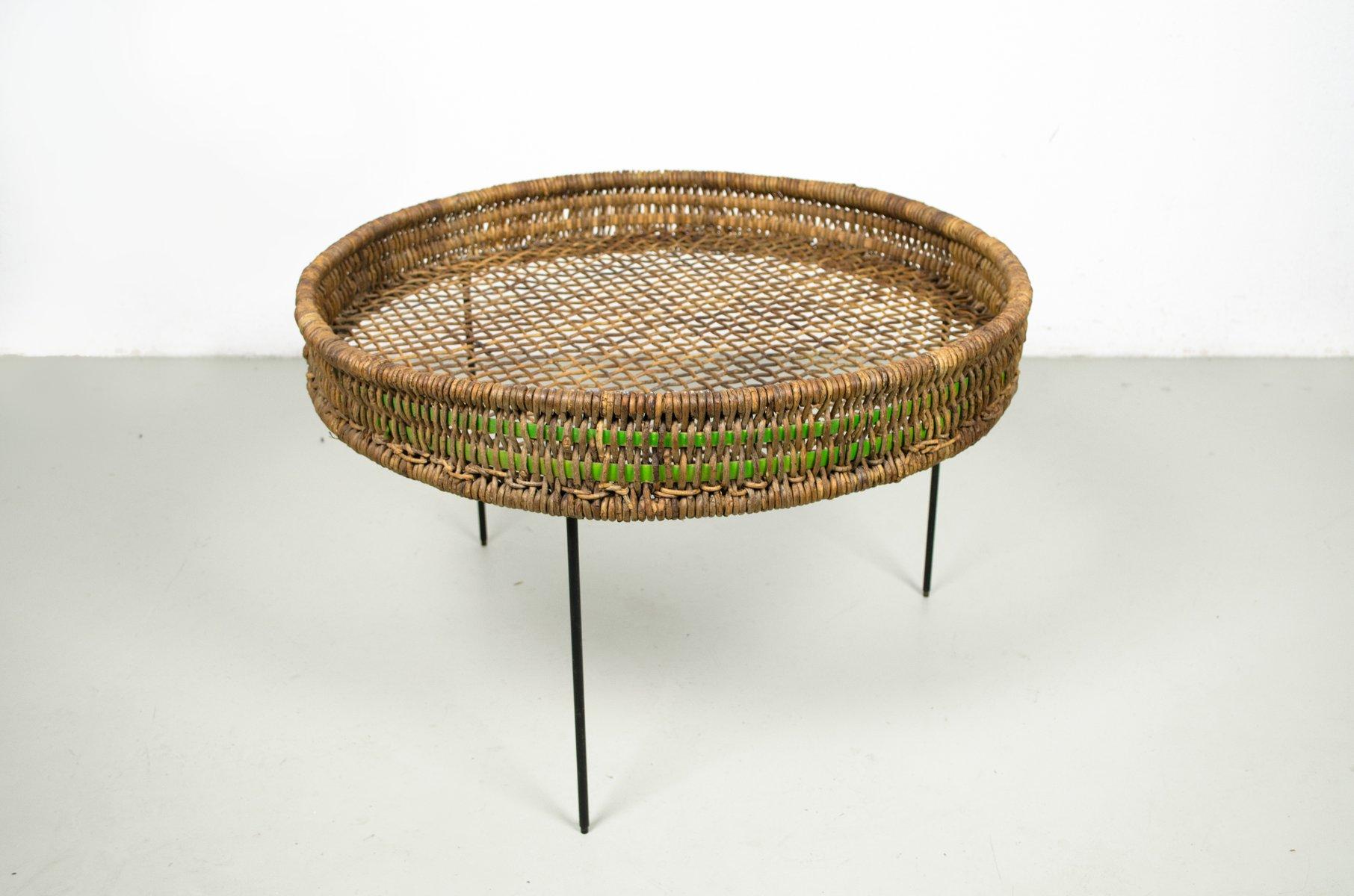 runder beistelltisch aus rattan mit beinen aus metalldraht 1950er bei pamono kaufen. Black Bedroom Furniture Sets. Home Design Ideas