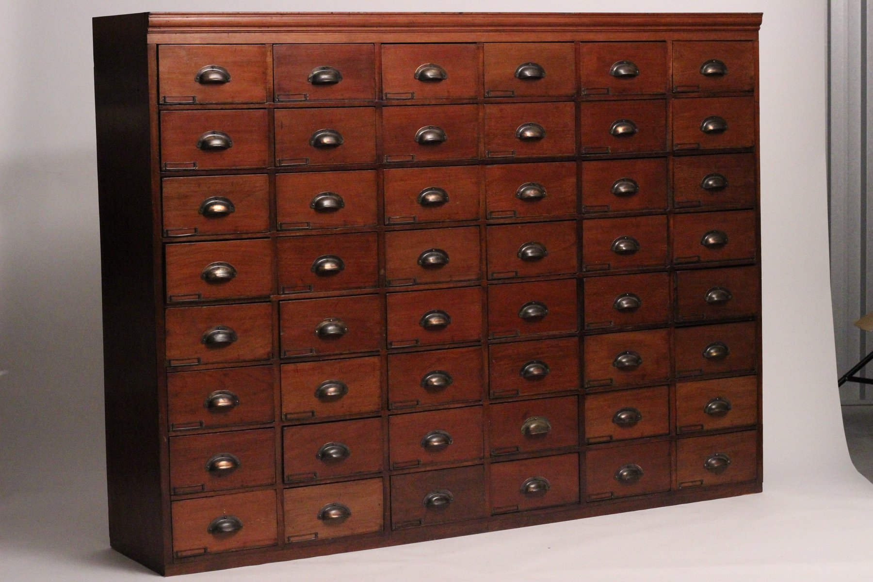 Delicieux Victorian Apothecary Cabinet
