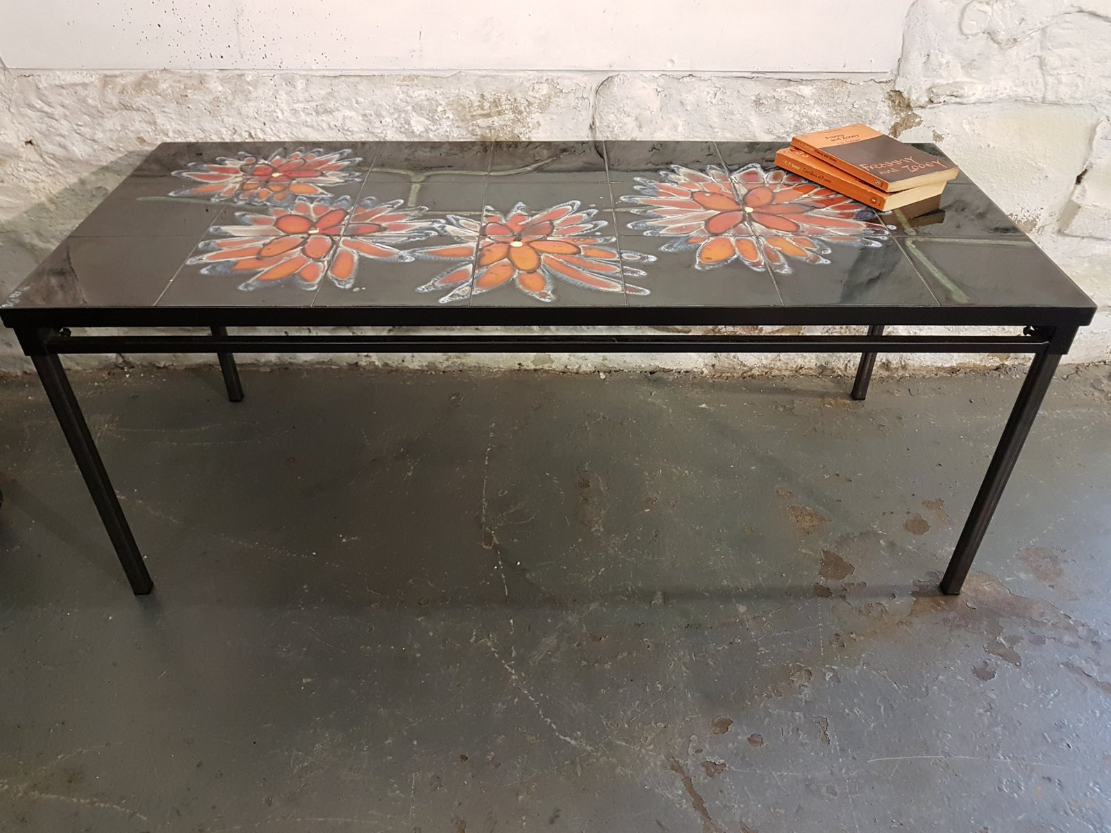 Tavolo con piastrelle nere e fiori arancioni di adri anni 70 in