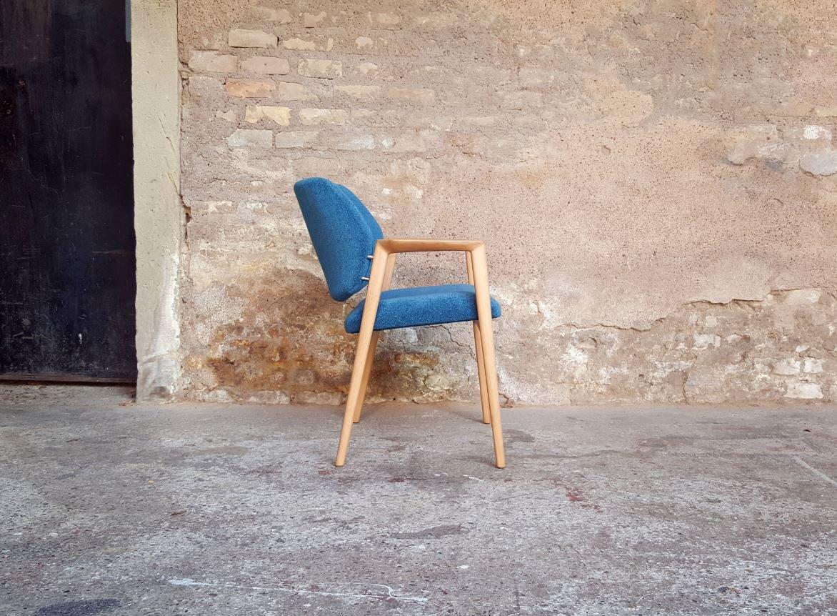 Skandinavischer vintage stuhl aus holz blauem stoff bei - Skandinavischer stuhl ...