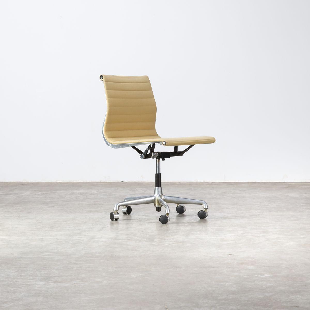 Sedia Da Ufficio Ea118 Di Charles Ray Eames Per Herman