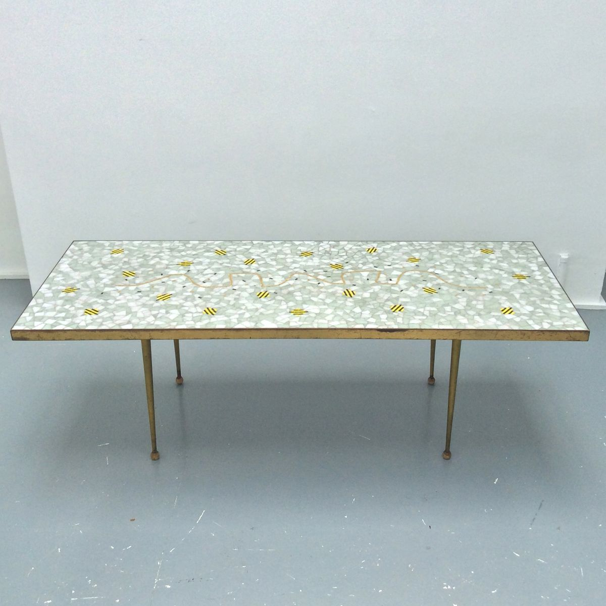 Schweitzer Tisch mit Mosaik und Verzierungen aus Messing, 1950er