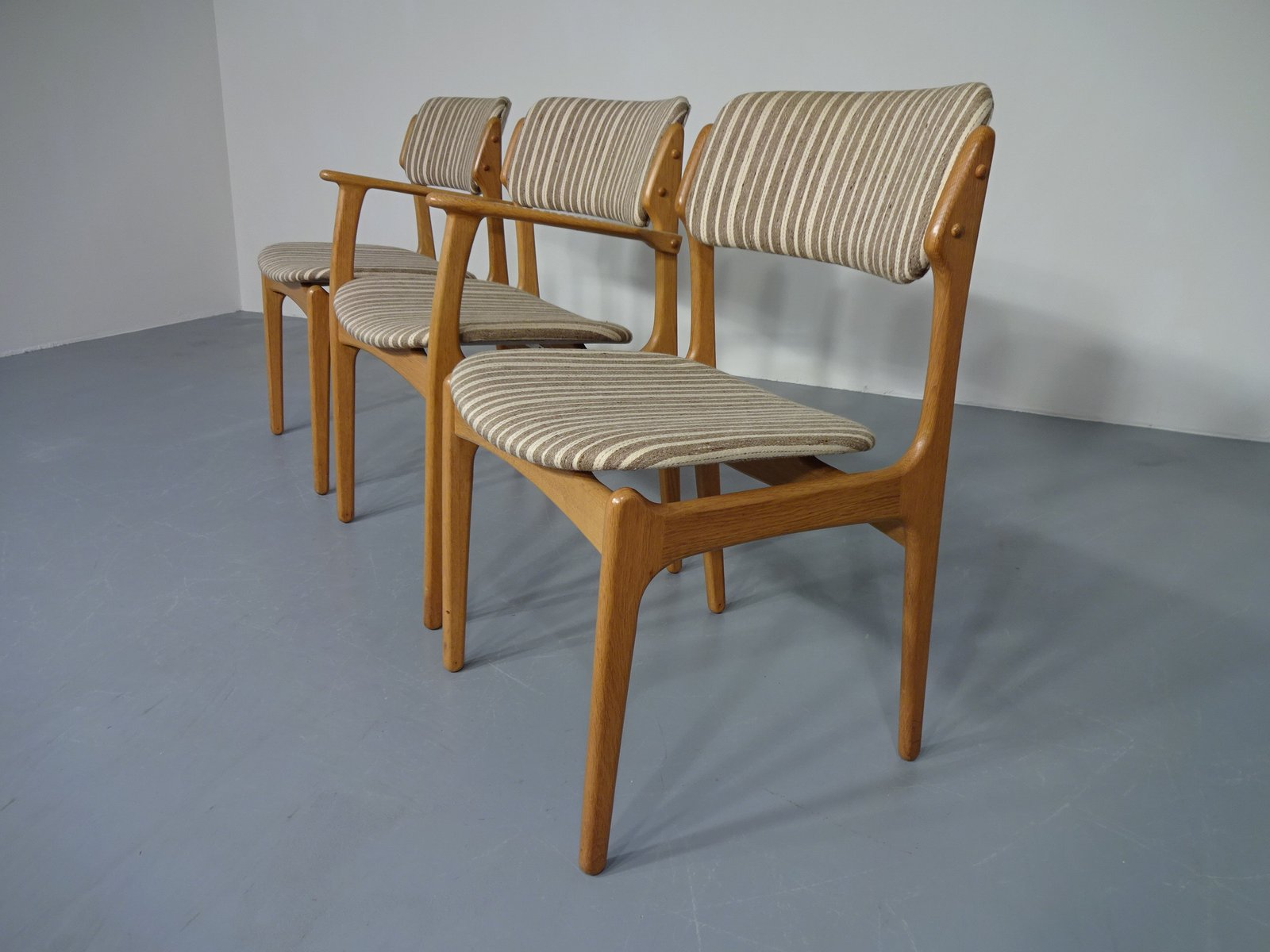 d nischer st hle aus eichenholz von erik buch f r od m bler 3er set bei pamono kaufen. Black Bedroom Furniture Sets. Home Design Ideas