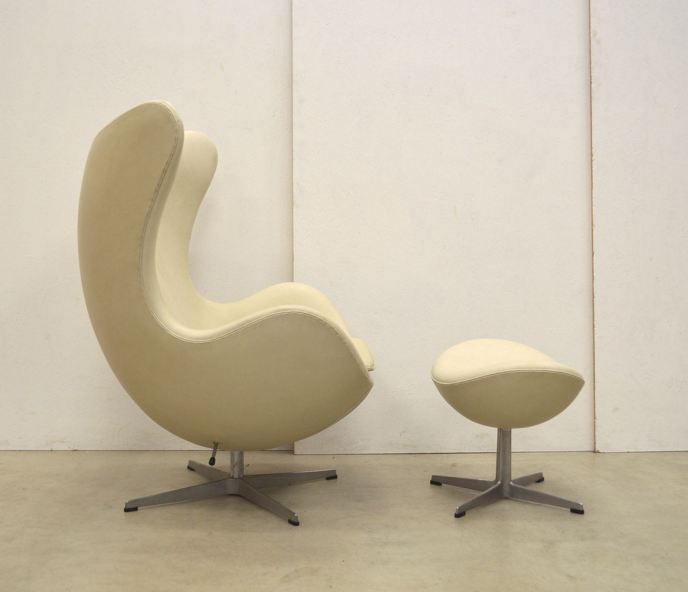 Cream Egg Chair Amp Ottoman By Arne Jacobsen For Fritz Hansen 1979 For Sale At Pamono