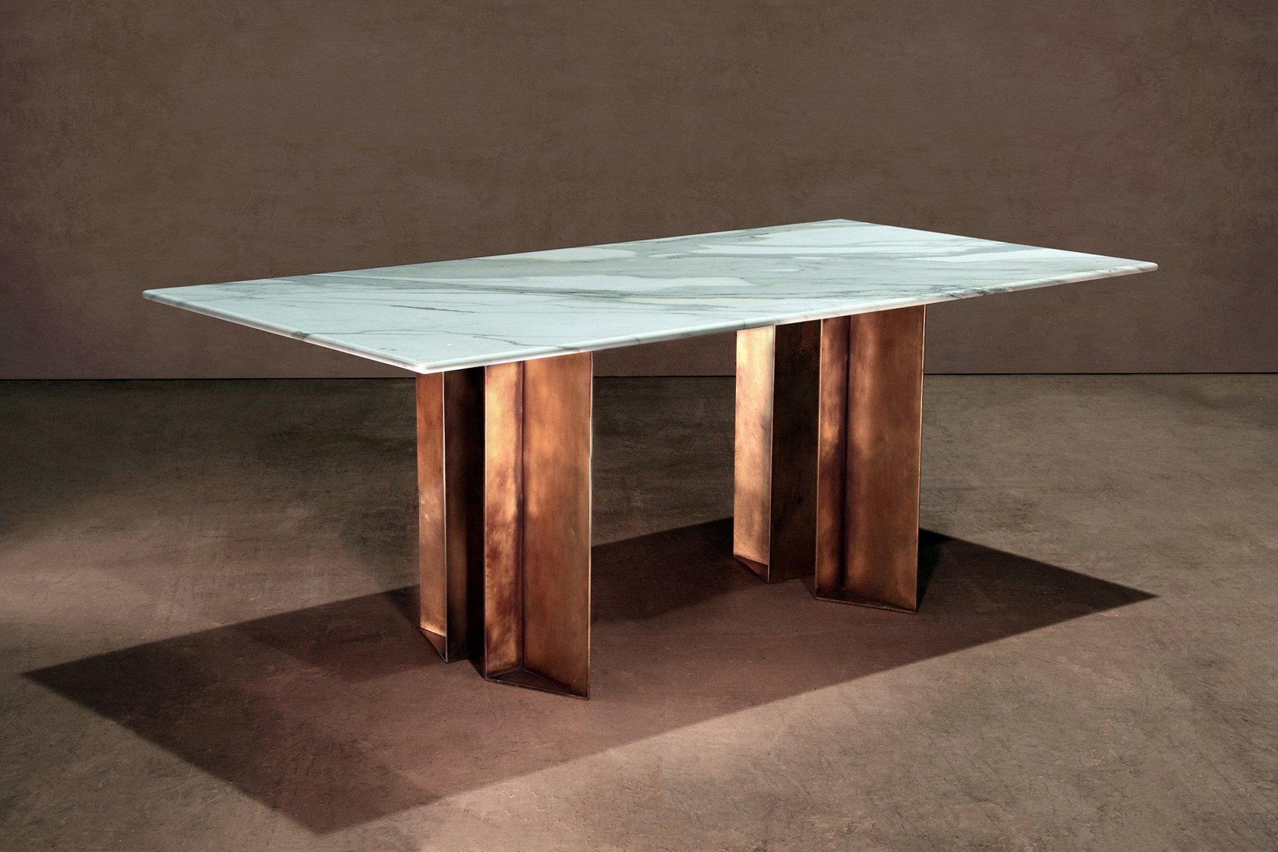 Tavolo da pranzo metropolis in marmo e ottone di lind almond per