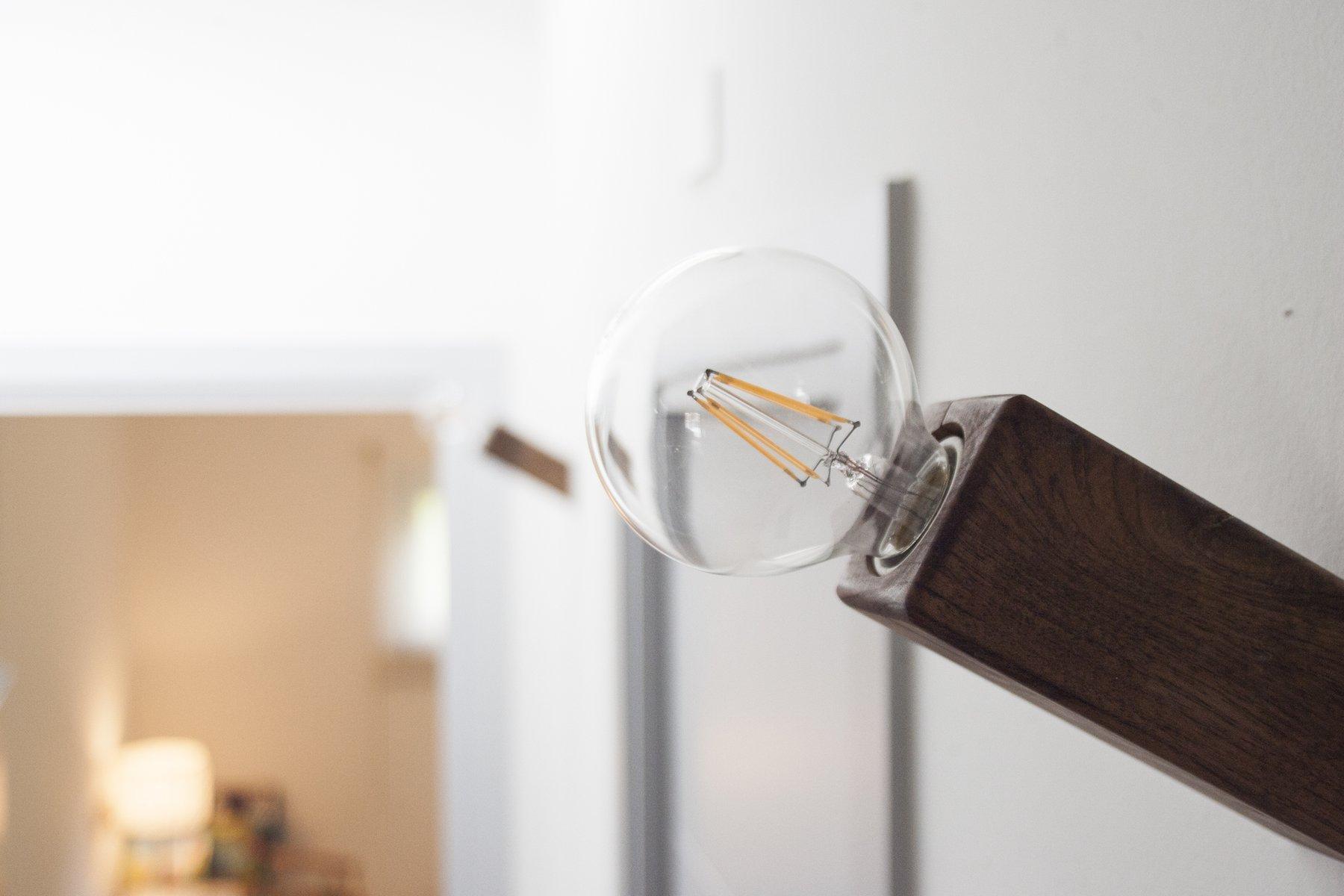 Lampada da parete pirn in noce di andrea pregl per ulap design in