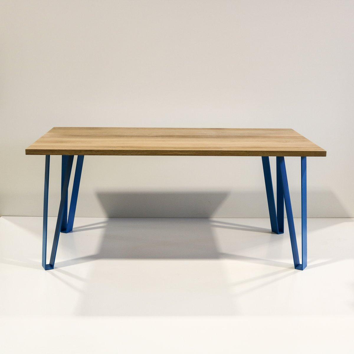 Victoria´s Table mit blauen Beinen von Studio Deusdara