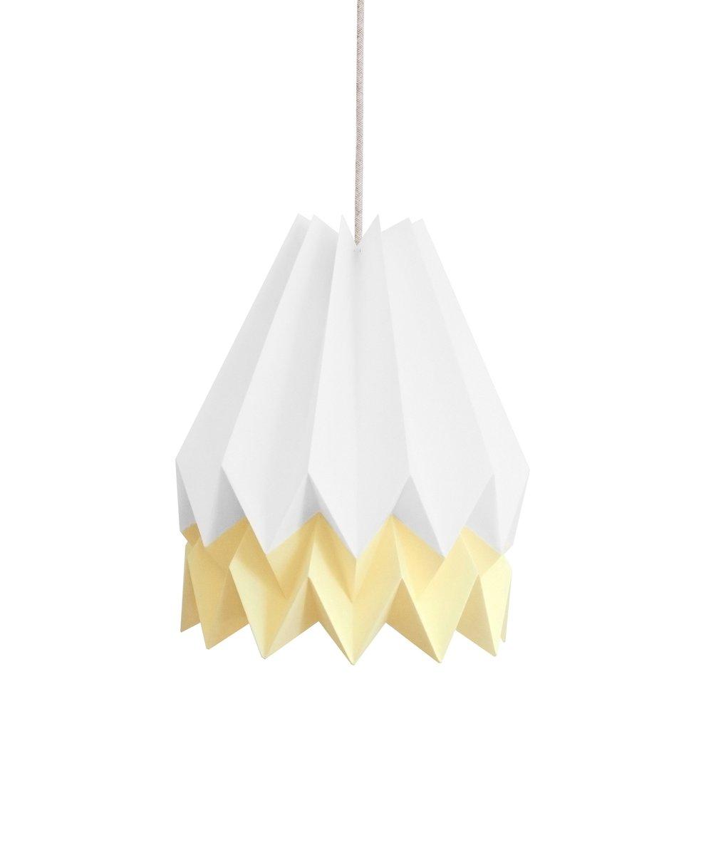 Polarweiße Origami Lampe mit hellgelbem Streifen von Orikomi