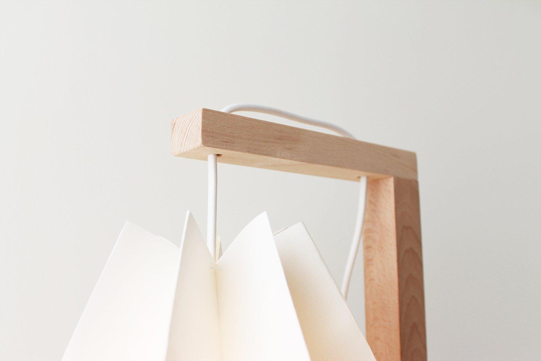 Table de bureau blanc polaire avec une bande dorée par orikomi en