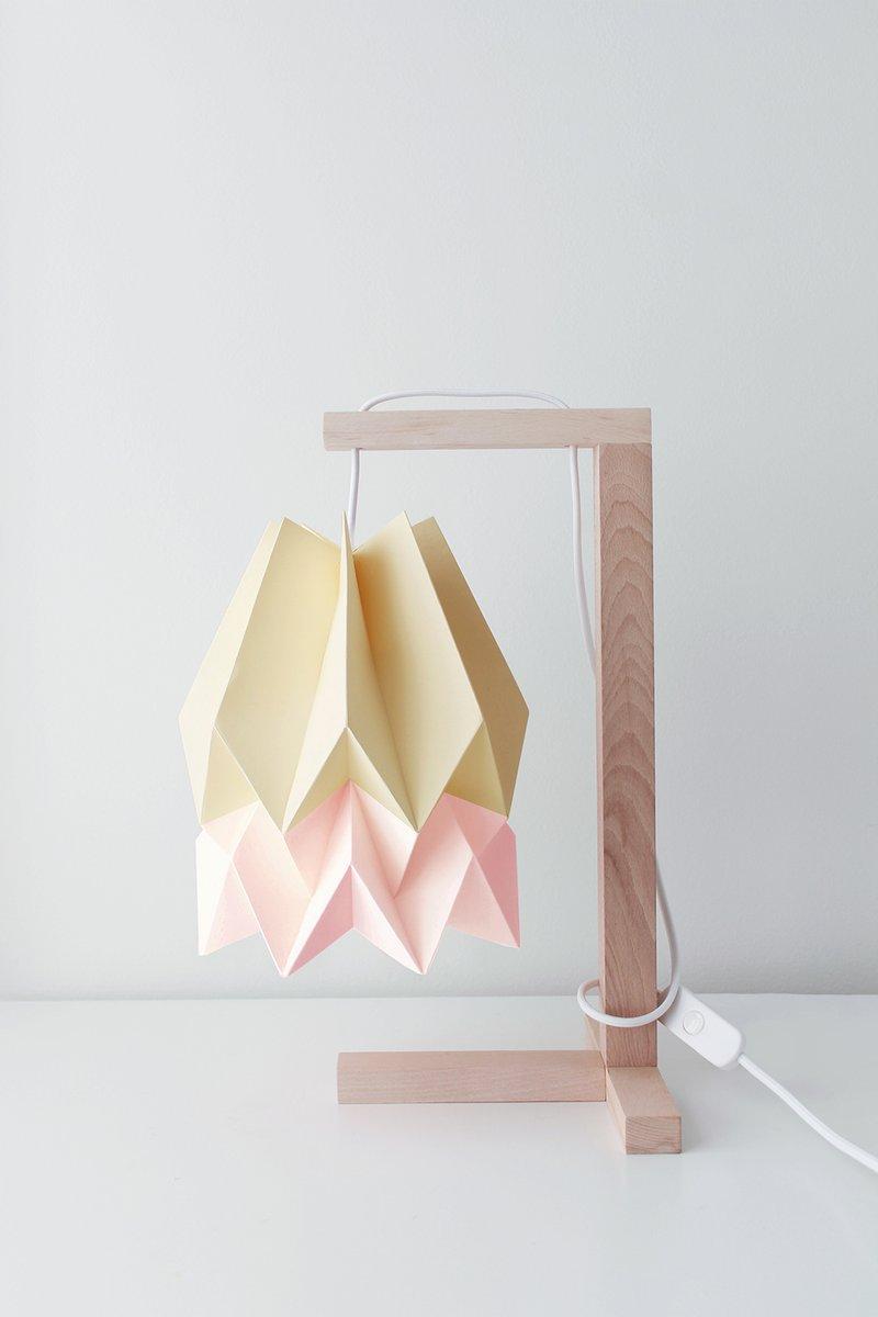 Hellgelbe Tischlampe mit Pastellrosa Streifen von Orikomi
