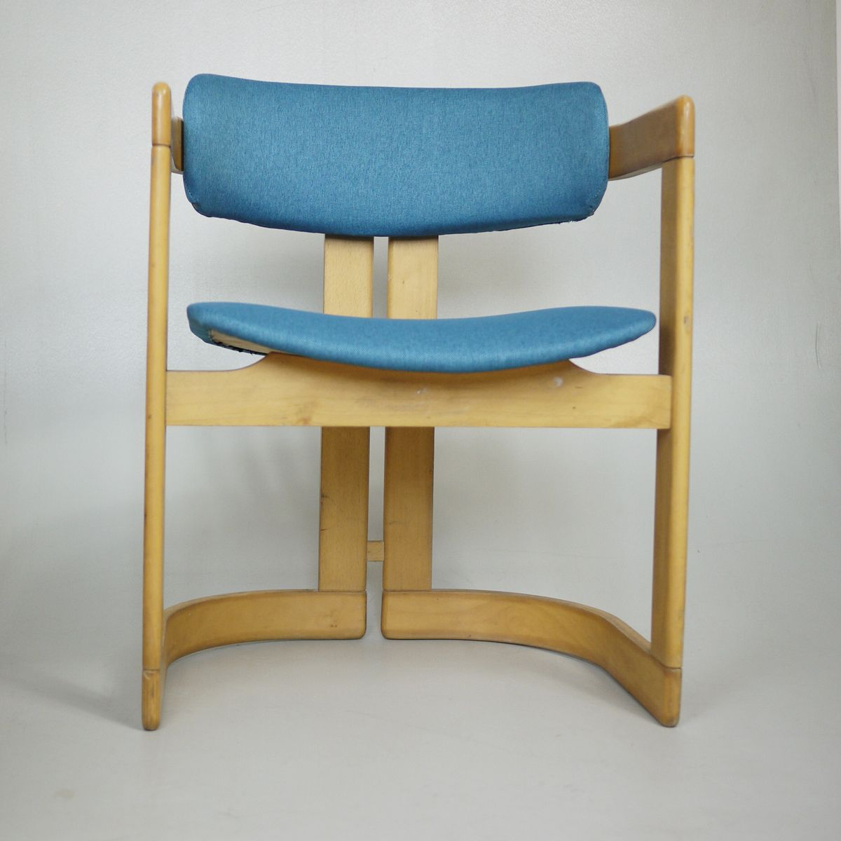 Merveilleux Vintage Wooden Padded Lounge Chair