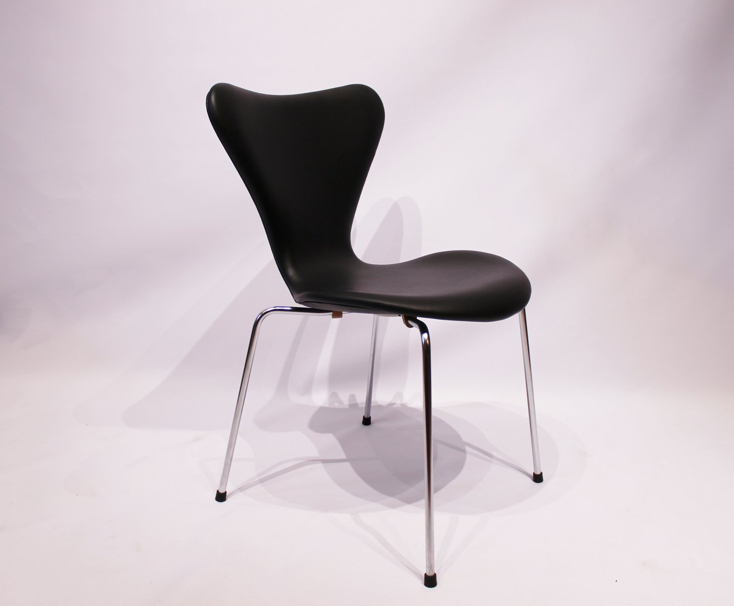 modell 3107 seven st hle aus schwarzem leder von arne jacobsen f r fritz hansen 1980er 4er set. Black Bedroom Furniture Sets. Home Design Ideas