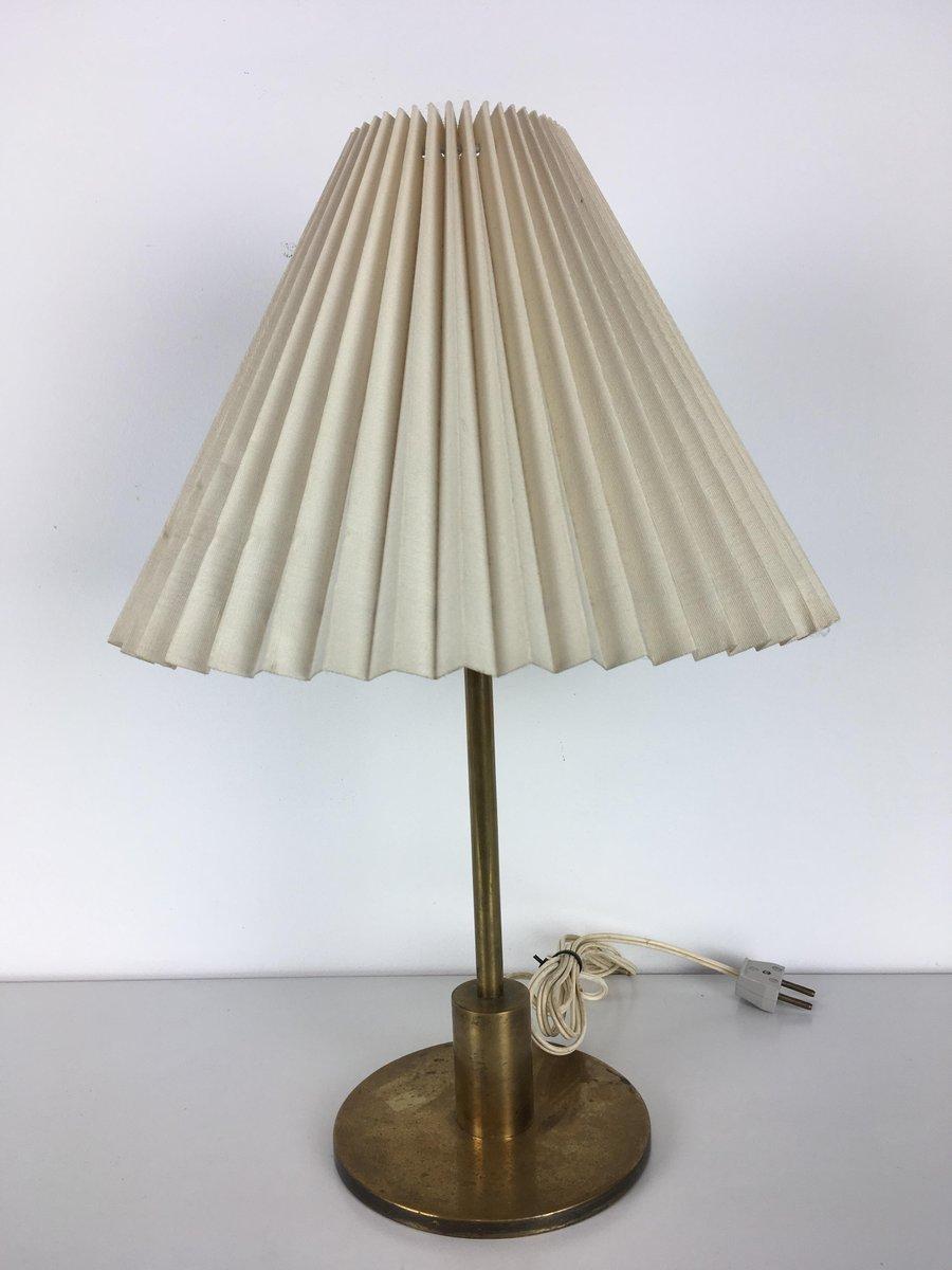 Dänische Messingfuß Tischlampe von Kaare Klint für Le Klint, 1960er