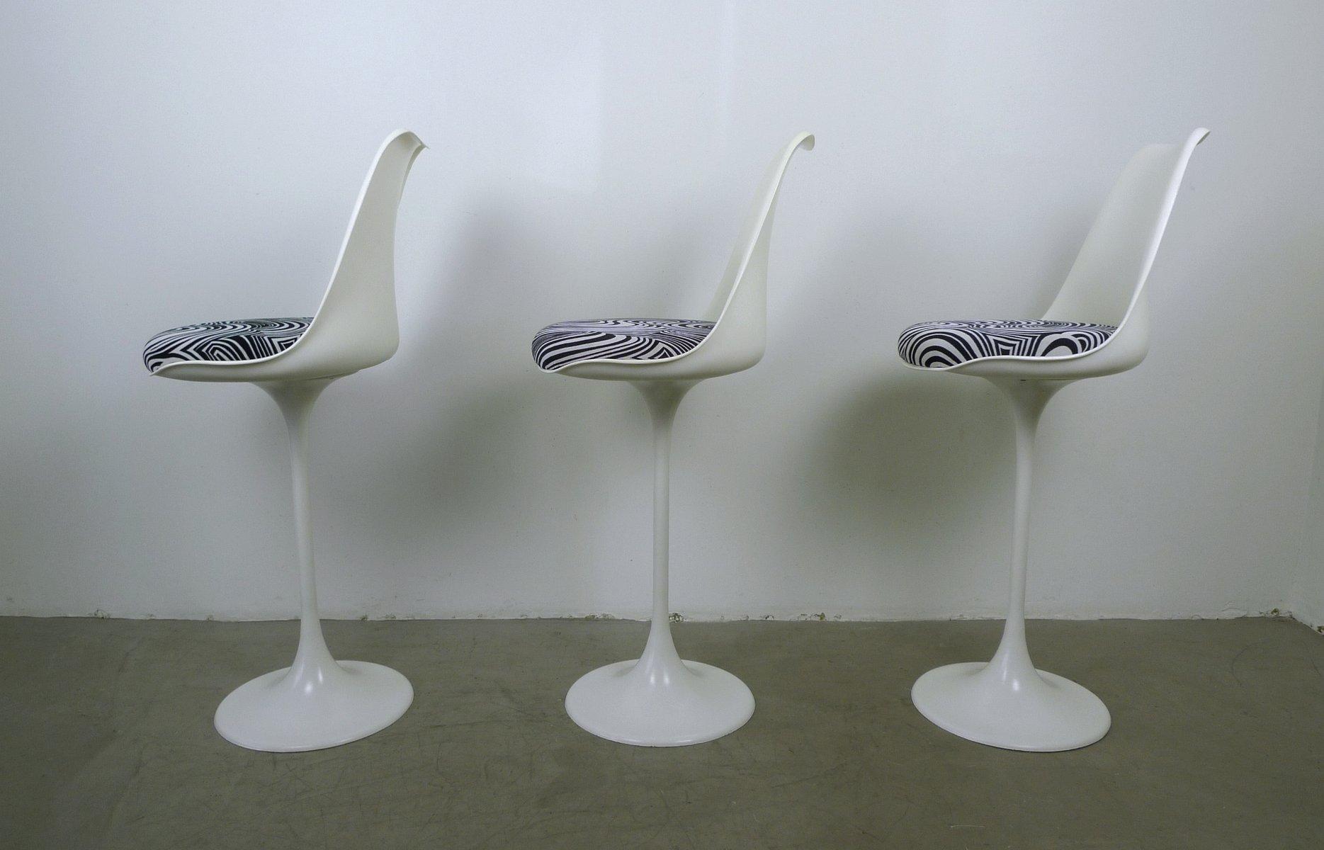 wei e barhocker mit trompetenfu von tamburin 1970er 3er set bei pamono kaufen. Black Bedroom Furniture Sets. Home Design Ideas