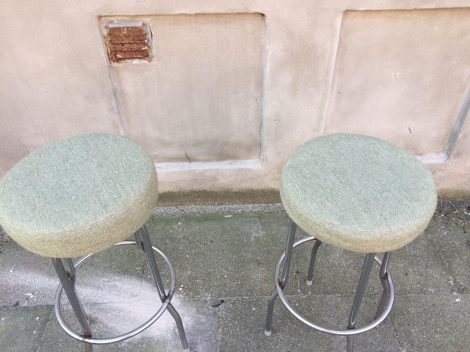 Sgabelli da bar in acciaio e lana verde di börje johanson anni