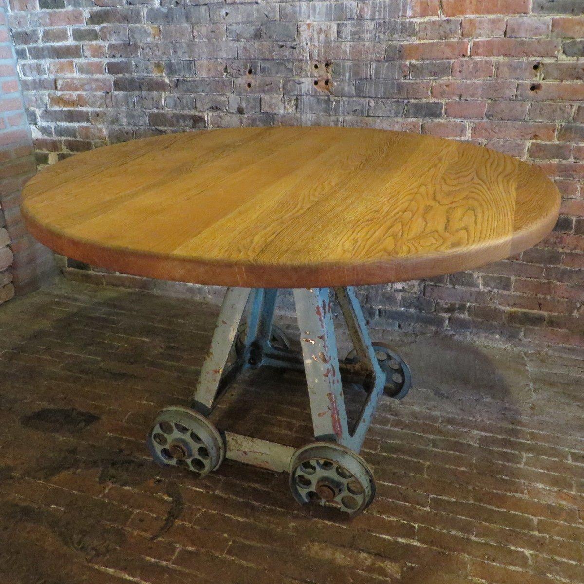 Mesa de comedor industrial vintage redonda en venta en Pamono