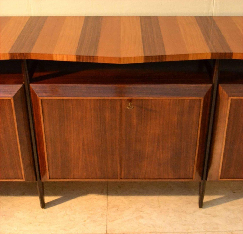 gro es italienisches sideboard mit dreifarbig gestreifter platte 1950er bei pamono kaufen. Black Bedroom Furniture Sets. Home Design Ideas