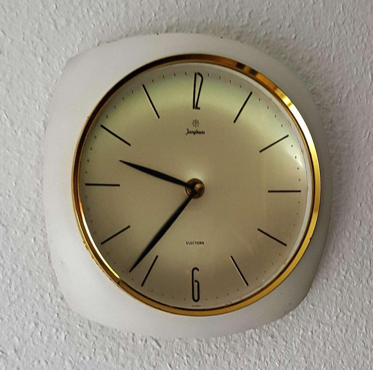 horloge murale vintage blanche et en laiton de junghans en. Black Bedroom Furniture Sets. Home Design Ideas