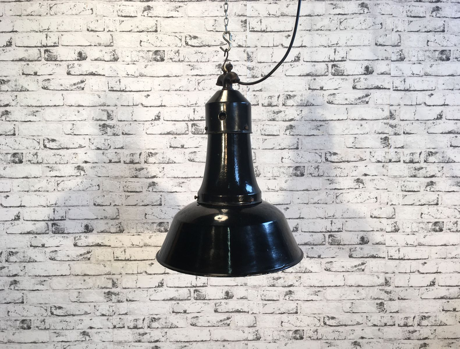 Industrielle schwarze emaillierte Lampe, 1920er
