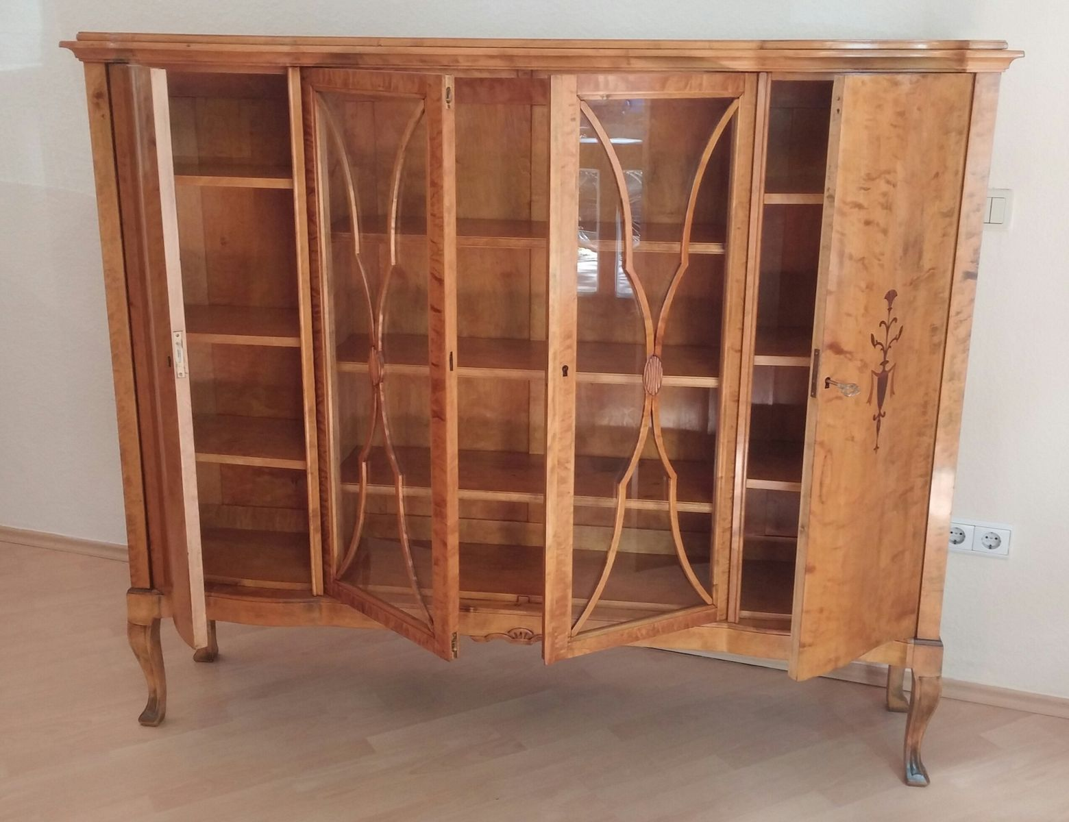antike birkenholz vitrine 1900er bei pamono kaufen. Black Bedroom Furniture Sets. Home Design Ideas