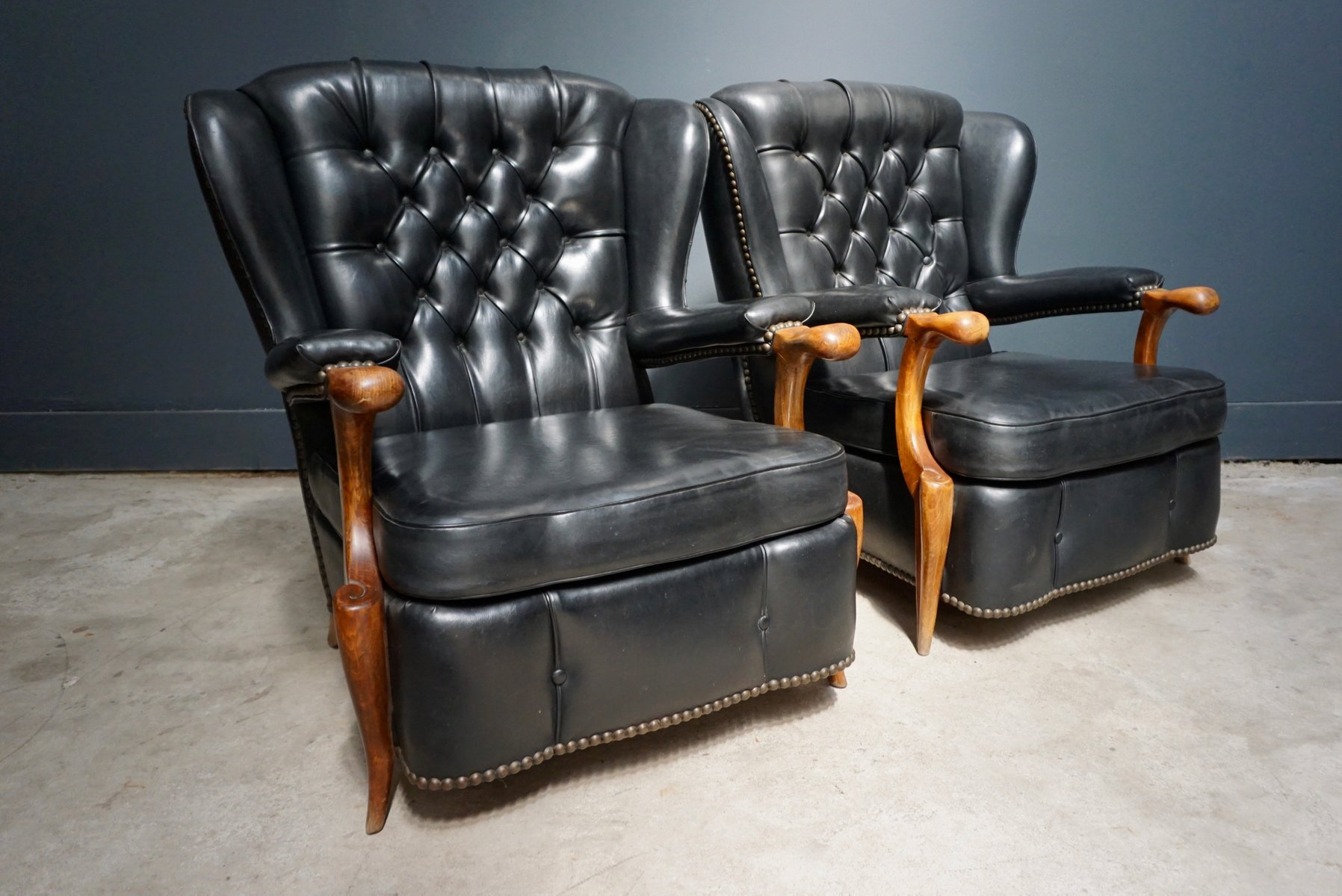 fauteuils chesterfield en cuir noir france 1940s set de 2 en vente sur pamono. Black Bedroom Furniture Sets. Home Design Ideas