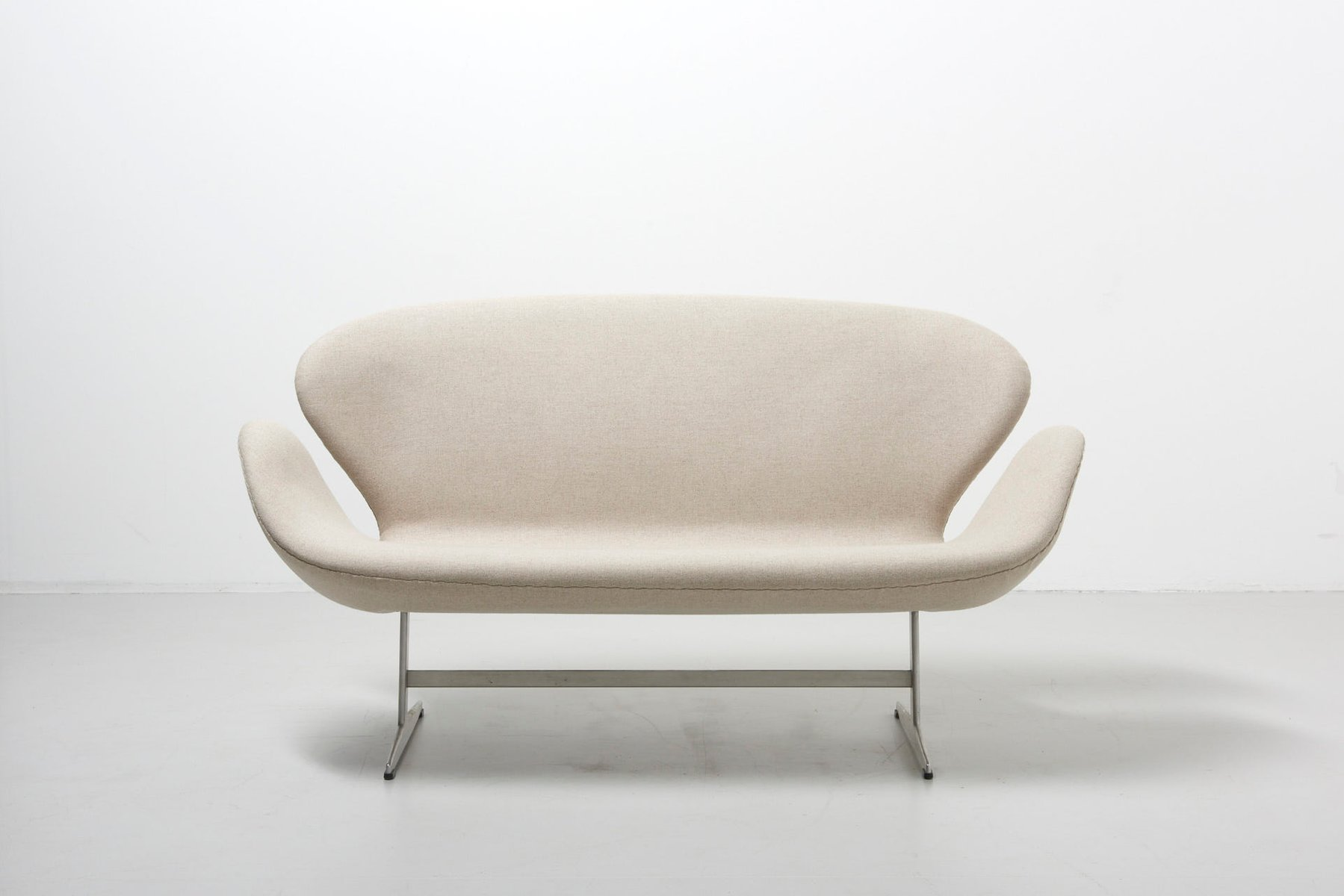Mid Century Early Edition Swan Sofa By Arne Jacobsen For Fritz Hansen