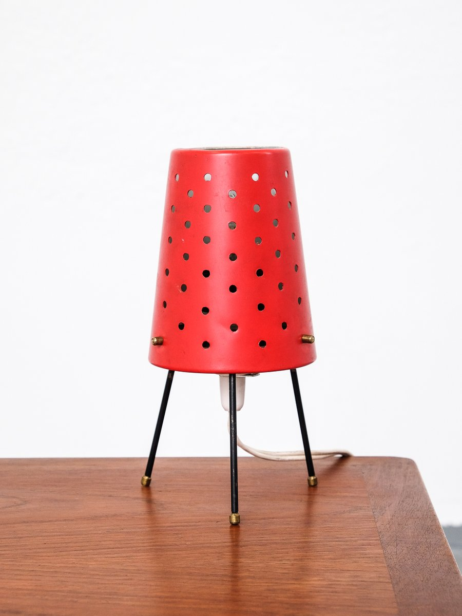 Rote finnische Mid-Century Tischlampe mit Lochblech Schirm
