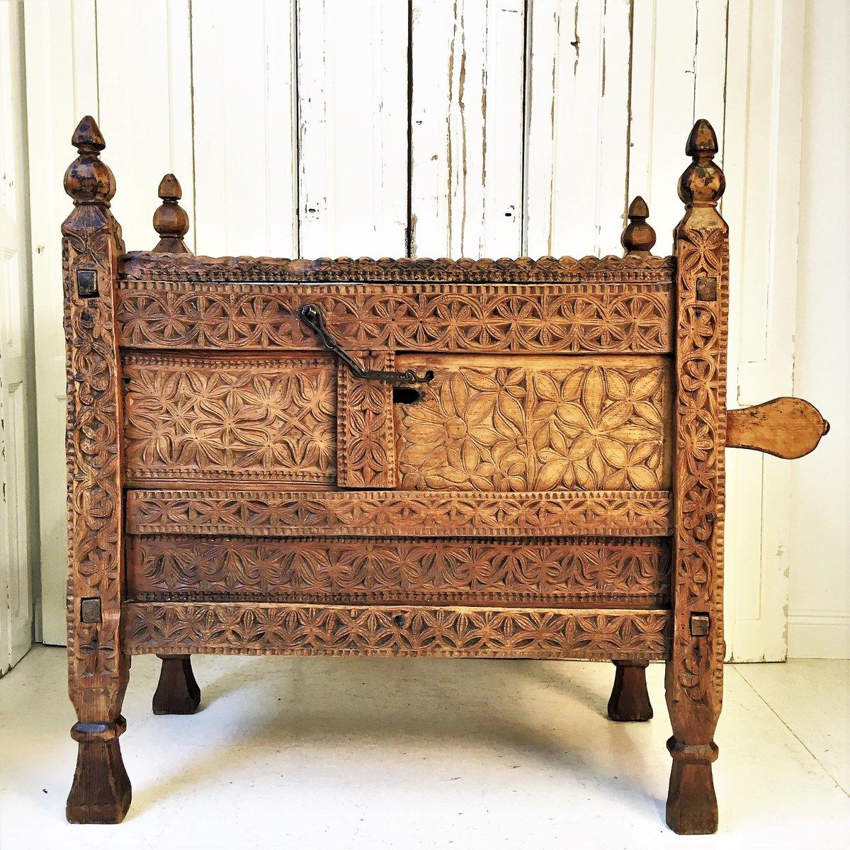 Antiker pakistanischer geschnitzter Schrank