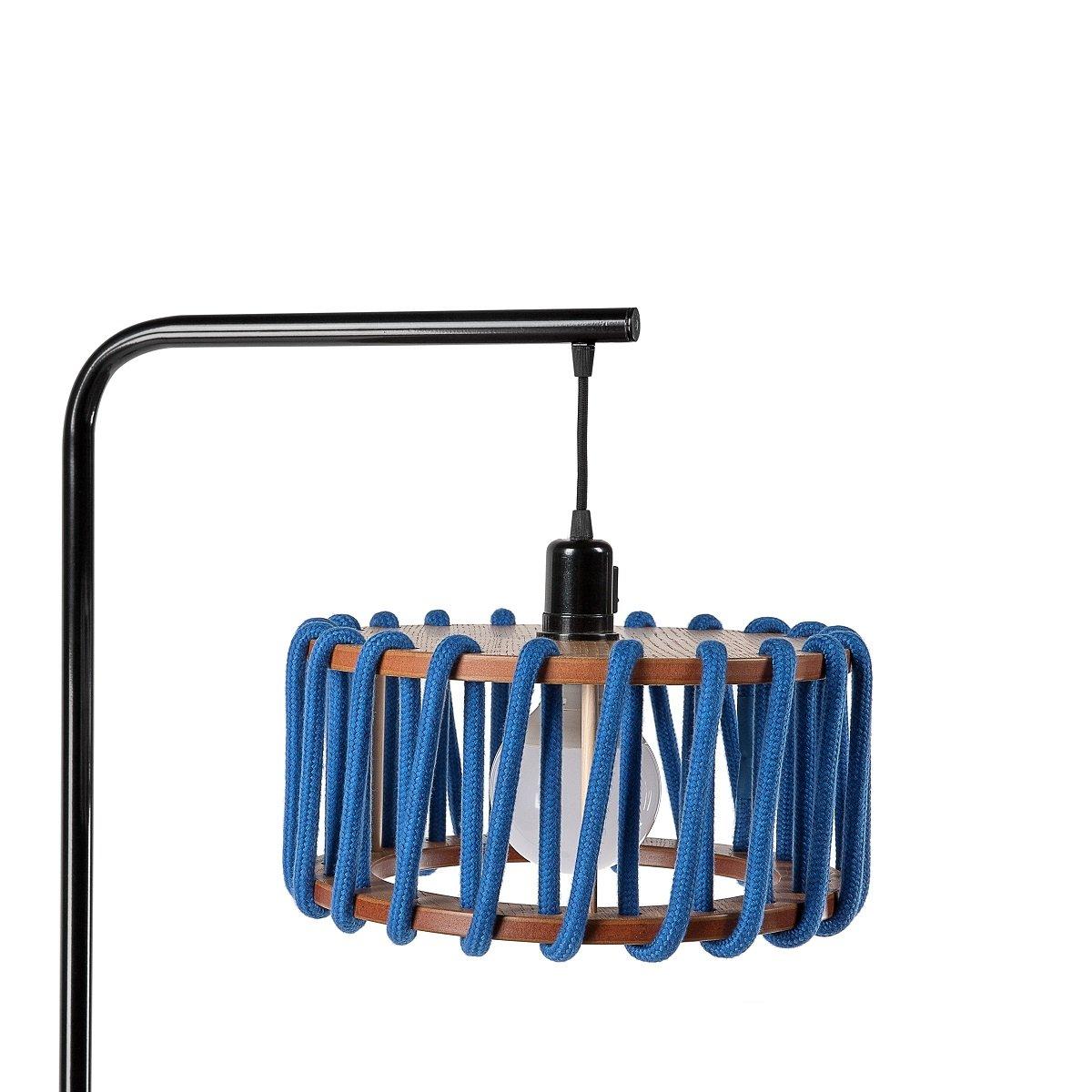 Schwarze Macaron Stehlampe mit kleinem blauen Schirm von Silvia Ceñal ...